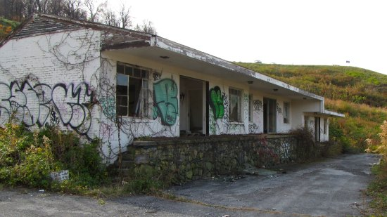 Former Skyline Parkway Motor Court guest building, now covered in graffiti