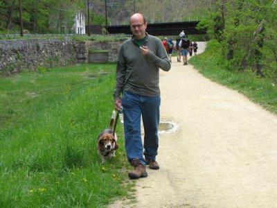 Pete and Bruno walk toward the trailhead