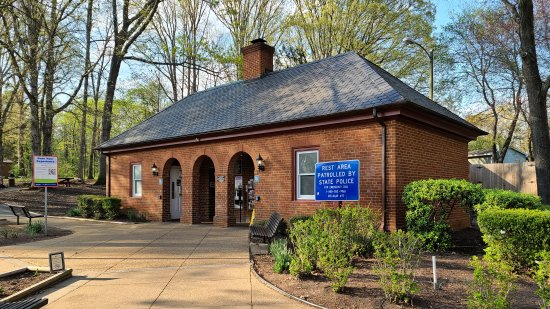Here's the rest area, which is a typical older-style Virginia rest area with no enclosed vestibule.