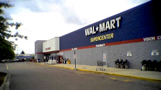 Prior to the remodel, the Walmart in Lexington was a typical 1990s pylon-style Supercenter, with a gray and blue color scheme, and late 1990s signage.