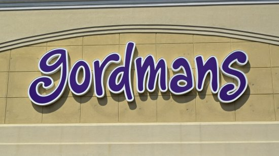 Straight-on view of the Gordmans logo, with the labelscar from the Peebles sign clearly visible behind it.
