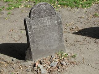 The sights of the Granary Burying Ground. Buried here, among others, are Paul Revere and Mother Goose.