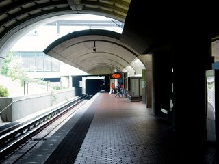 In the underground portion, the architecture is a modified version of the six-coffer arch design, creating an unusual look for the station. The station really does become a tunnel in here, with the stone benches typical of underground stations replacing the windscreens seen on the outdoor portion of the platform. Also note the lack of pylons on this level.