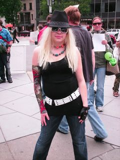 This girl wore a blond wig, a sleeve designed to resemble tattoos, a fedora, and a pair of sunglasses. She later used a respirator mask to make her anonymity complete.