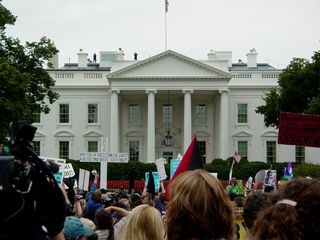 A sea of protesters stands in front of the White House!