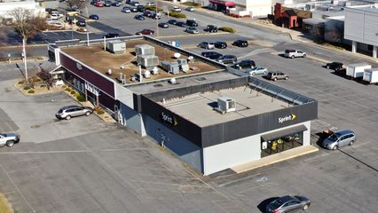 Outparcel building, originally built to house the JCPenney Auto Center, now split between a Red Lobster and a Sprint store.