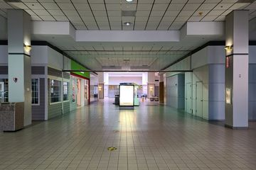 """Corridor in front of the former Peebles, leading to the center entrance (the one with """"Hot Wok"""" over it in the exterior photos)."""