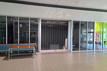 Former LensCrafters store. This is where I got my first pair of glasses in 2001.
