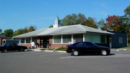 This building, photographed here on October 19, of which half is a dentist's office, appears to have originated as a Howard Johnson's restaurant based on the architecture. The location, however, is not listed on orangeroof.org, which keeps track of those things. Perhaps this is an undocumented former HoJo's?