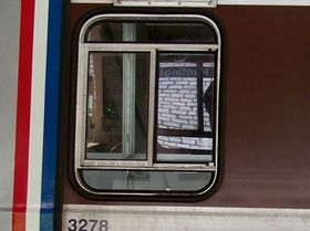 Cab windows: 2000 and 3000-Series cars have a four-paneled cab window, with two horizontal divisions.