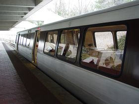 Car side: 2000 and 3000-Series cars, like all other car types except for the 1000-Series, have one sign opening just left of the center door, and contain an exterior speaker on the right half of the car. A ridge runs along the roofline for the full length of the car.