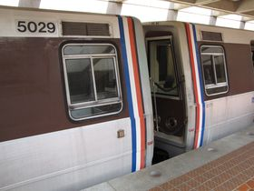 Cab windows: 5000-Series cars have a cab window identical to that of the 2000, 3000, and 4000-Series, with two horizontal divisions near the top and bottom.