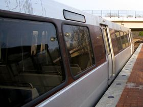 Car side: The 6000-Series has the same basic side design as all other car types other than the 1000-Series, with the destination sign to the left of the center door, and an exterior speaker on the right side. Like the 5000-Series, this exterior speaker slightly protrudes from the car side.