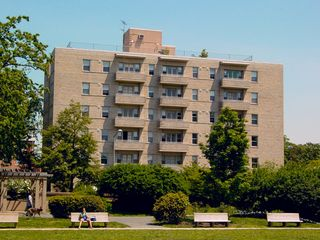 Malcolm X Park is situated in an area that's mostly residential. Quite a few apartment buildings are located on the streets surrounding the park (one to the east seen here), as well as Meridian Hill Hall, a dorm for Howard University.