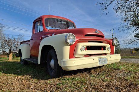 International S-100 truck outside of Lone Oak Farm Brewing Company in Olney, Maryland.