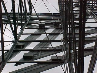 The star connects directly to horizontal bars, which then connect to the support structure.