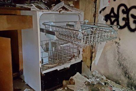 Dishwasher, missing its door